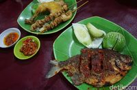 Ayam goreng dan sate kulit dan ikan bawal bakar dengan paduan dua jenis sambal