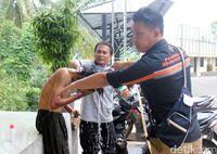 Salut, Polisi di Cianjur Ini Punya Kebiasaan Memandikan Orang Gila