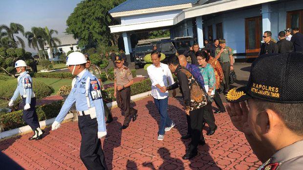 Presiden Jokowi terbang dengan menggunakan  pesawat TNI AU CN-295 menuju Tasikmalaya,