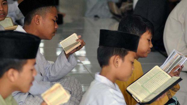 Konsep lima hari sekolah mendapat respons keras dari Nahdatul Ulama karena dianggap mengancam keberadaan pondok pesantren.
