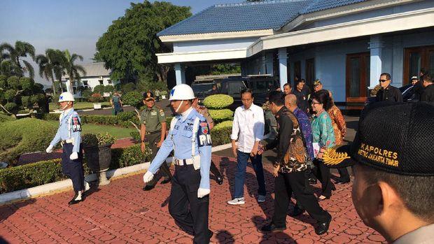 Presiden Jokowi tampil santai dengan terbalut kemeja warna putih, celana jeans dan sepatu sneaker merek Nike.