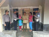 Personel Polsek Ibun turut membantu keluarga Adis.