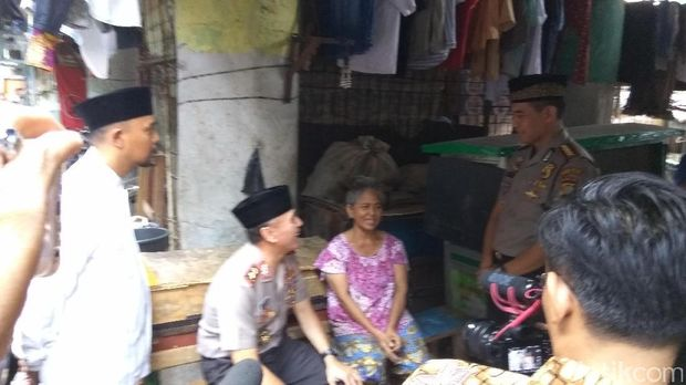 Kapolda Metro Jaya, Irjen Iriawan mengunjungi permukiman warga di kolong tol Penjaringan, Rawa Bebek, Jumat (9/6/2017)
