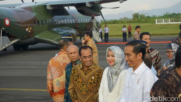 Jokowi di Pangkalan Udara TNI AU Wiriadinata Tasikmalaya.