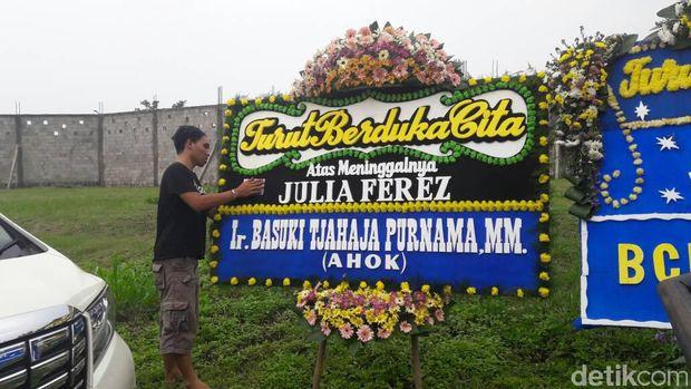 ada karangan bunga duka cita atas nama Basuki Tjahaja Purnama (Ahok) di halaman rumah Jupe.