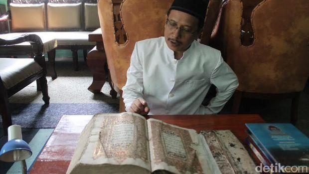 Alquran ditulis dengan lidi aren dan bersampul kulit.
