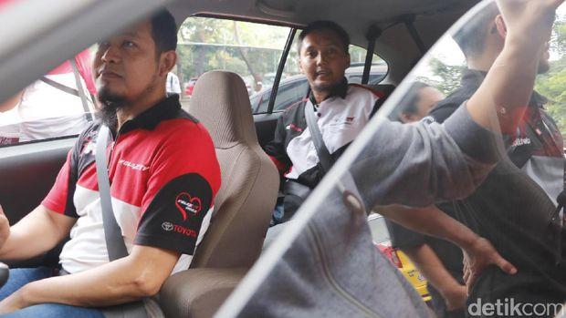 Peserta coaching clinic mengikuti games di mobil Toyota Calya