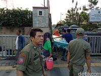 Petugas Satpol PP Kota Bandung menertibkan PKL.
