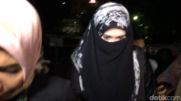 Firza Husein usai diperiksa sebagai saksi untuk Habib Rizieq di Polda Metro Jaya
