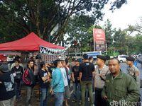 Suasana penertiban PKL oleh aparat gabungan di Kota Bandung.