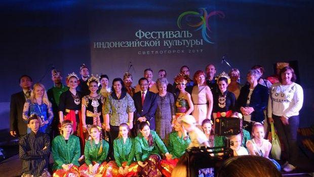 Dubes Wahid bersama para penari yang berasal dari Rusia (KBRI Moskow)