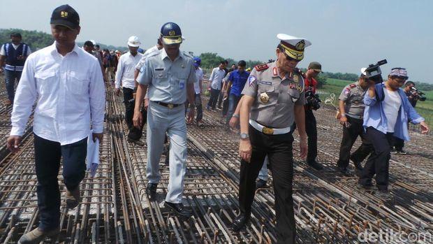 Kakorlantas Polri Irjen Royke Lumowa meninjau pembangunan tol fungsional jalur Surabaya-Solo, Rabu (14/6/2017).
