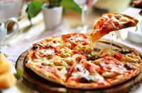 Pizza, menu di pesta malam pernikahan Margot Robbie dan Tom Ackerley.