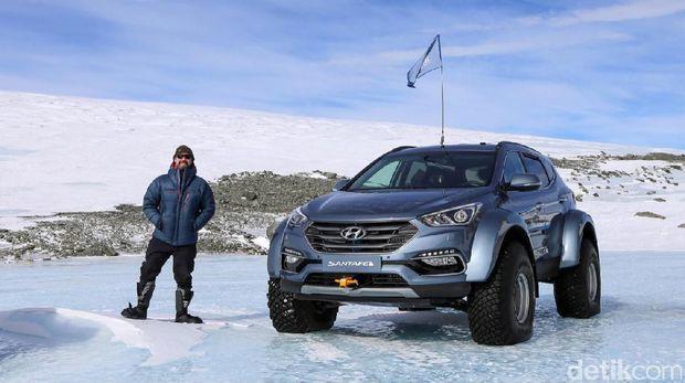 Patrick Bergel dan mobilnya di Antartika