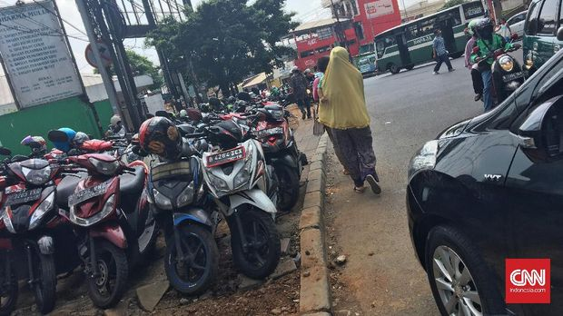 Mereka yang Serobot Trotoar: Parkir Liar Hingga PKL