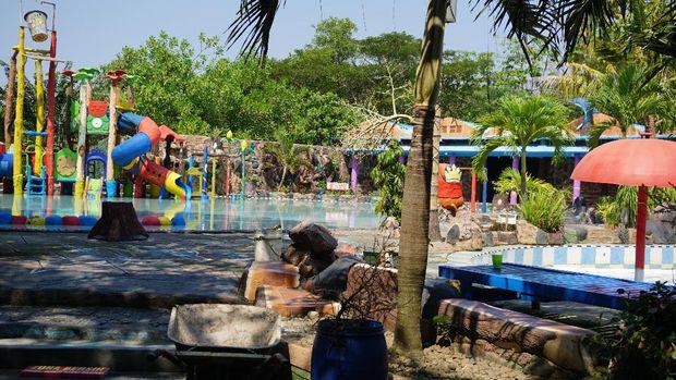 Wahana kolam renang di Pantai Cahaya Kendal