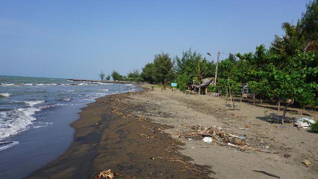 Pantai Sigandu berpasir hitam