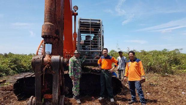 Satgas kebakaran hutan dan lahan (karhutla) mengerahkan 4 helikopter untuk memadamkan kebakaran lahan di Kabupaten Bengkalis, Riau.
