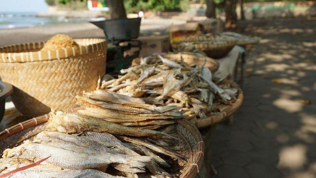 Aneka ikan asin di Pantai Ujung Negoro