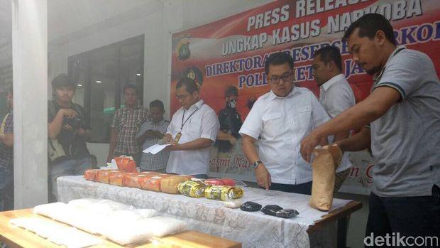 Polda Metro Jaya merilis kasus sipir lapas yang terlibat peredaran narkoba.