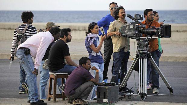 Bollywood sejatinya adalah sebutan untuk semua film yang diproduksi di India dan berbahasa India.