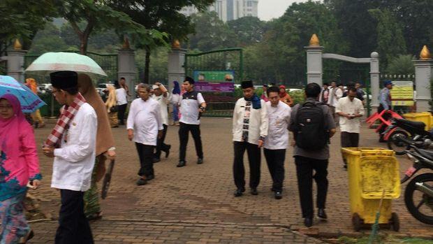 Beberapa PNS meninggalkan Monas dan kembali ke Balai Kota.