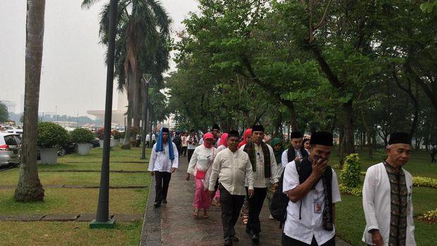 Upacara HUT ke-490 DKI dipimpin Gubernur Djarot dan sejumlah PNS justru meninggalkan upacara itu karena hujan,