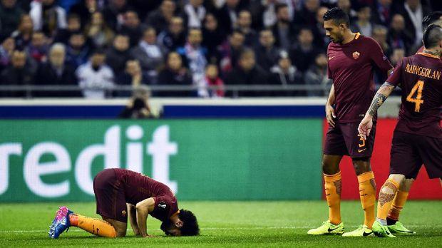 Mohamed Salah melakukan sujud syukur usai mencetak gol untuk AS Roma.