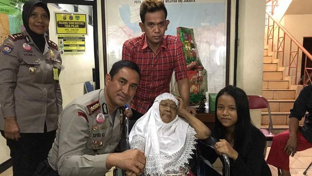 Keluarga nenek Tukini bersama jajaran Polres Jakpus