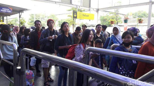 H-2 Lebaran, Pemudik di Stasiun Senen Capai 27.000 Penumpang