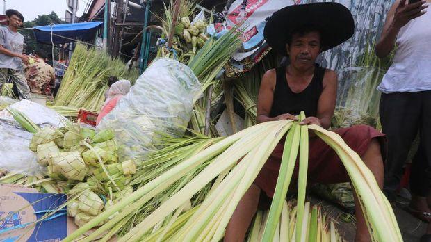 Berbeda dari lontong, ketupat dibuat dari daun kelapa muda atau janur.