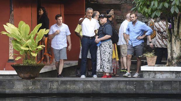 Sneakers Asics Obama yang dipakai ke Bali.