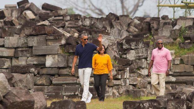 Obama terlihat santai dengan balutan polo shirt dan celana panjang