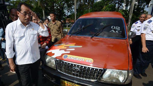 Menhub Budi Karya akan memonitor aturan baru taksi online bersama Kominfo.