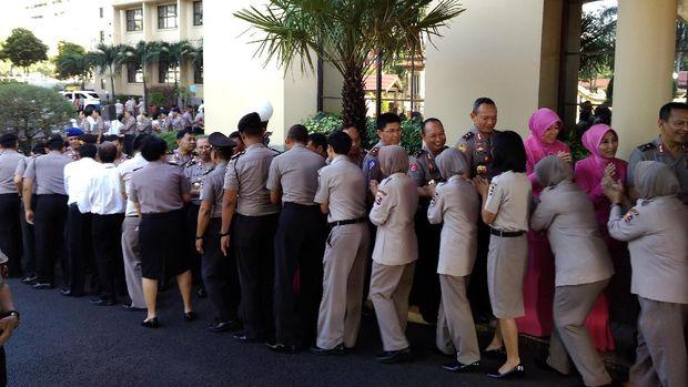 Ada 1000 anggota Polri dan PNS yang antre bersalaman dengan para pejabat Polri.