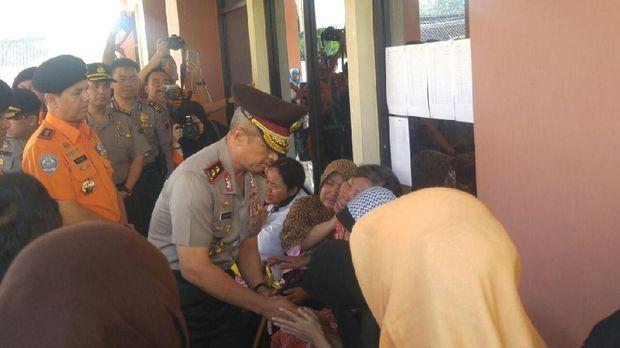 Kapolda Jawa Tengah, Irjen Pol Condro Kirono, juga tiba di RS Bhayangkara dan menyampaikan turut berduka cita.