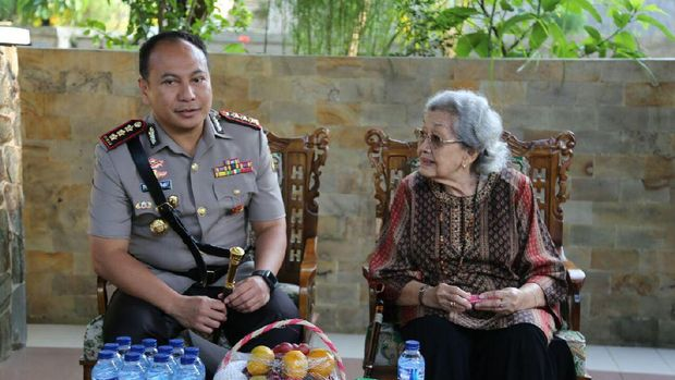 Kapolresta Depok Kombes Herry Heryawan bersama istri mantan Kapolri Hoegeng Imam Santoso, Merry Roeslani Hoegeng.
