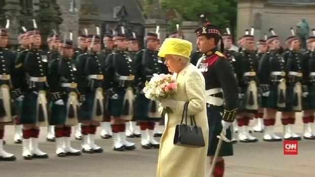 Ratu biasa menggunakan busana berwarna kuning, hijau, biru, sampai ungu terang.