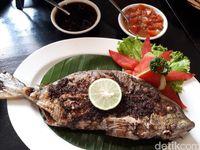 Kedai Sirih Merah: Enaknya Ikan Bakar Pecah Kulit dan Nasi Koneng Gaya Peranakan