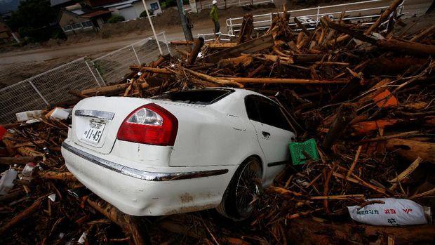 Banjir besar di Jepang membawa puing potongan kayu hingga mobil milik warga