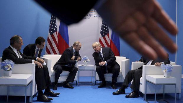 Donald Trump (kanan) berjanji akan memperbaiki hubungan dengan pemerintahan Putin (kiri).