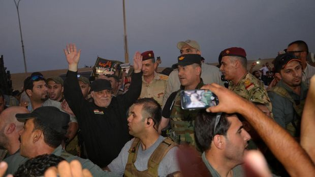 PM Irak Haider al-Abadi (baju hitam) saat mengunjungi langsung Mosul