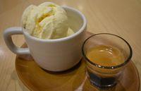 Es krim vanilla dan espresso yang diracik jadi affogato.