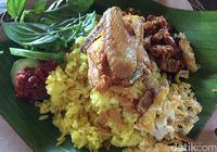 Warung Taru: Kenyang Mantap! Nasi Timbel Ayam Ditemani Krenyes Gurih Bala-bala