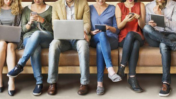 Sejumlah orang beraktivitas menggunakan gadget untuk bekerja dan mencari penghasilan