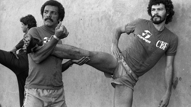 Socrates telat dalam berkarier profesional di sepak bola.