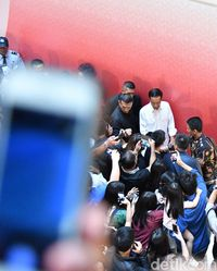 Ke Grand Indonesia, Jokowi Beli Kaos Super Hero untuk Cucu