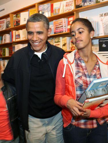 Barack Obama bersama putrinya, Malia, saat berbelanja buku.
