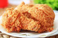 Fried chicken renyah yang enak dan populer.