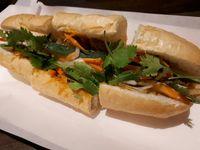 Saigon Delight: Nikmatnya 'Broken Rice' Berlauk Komplet dan <i>Sandwich</i> Ayam Serai yang Wangi